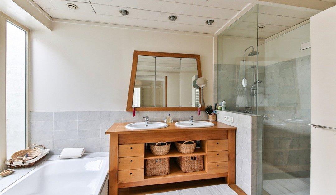 cuarto de baño con mampara y ducha