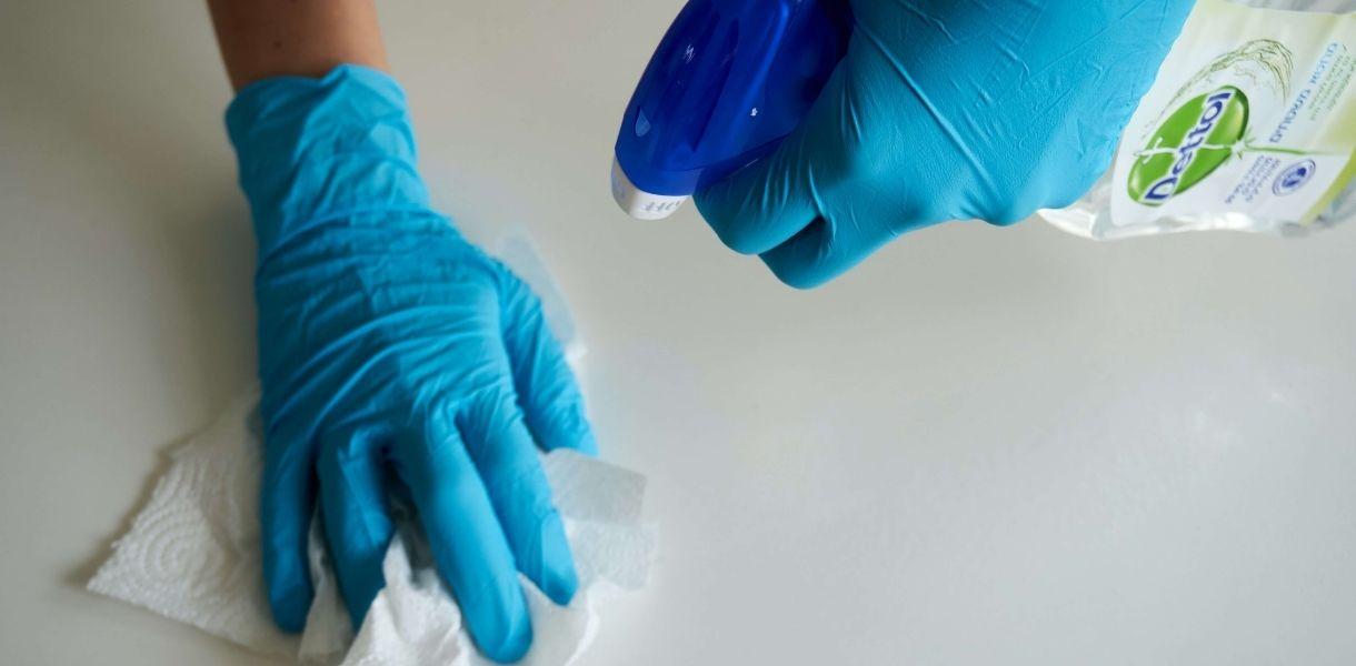 Cómo limpiar un plato de ducha de resina