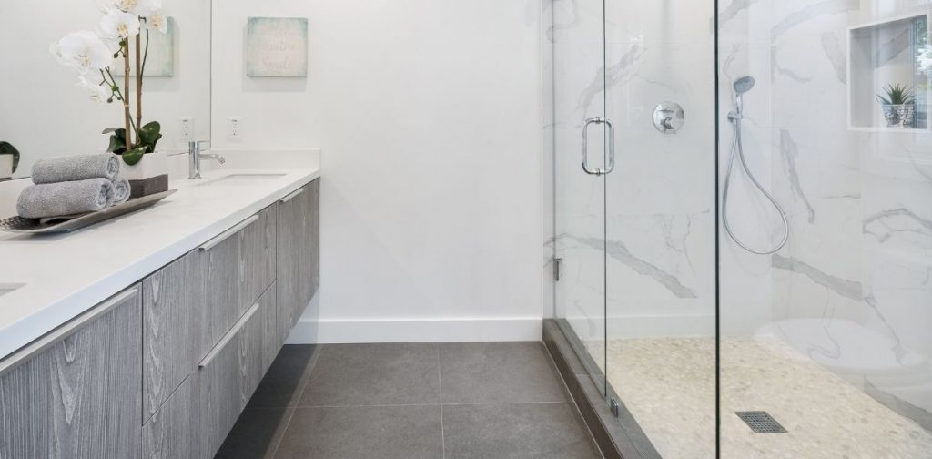 Ideas para ganar espacio al cambiar la bañera por plato de ducha